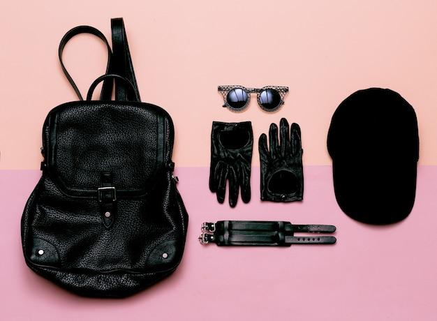 Abbigliamento vista dall'alto nero accessori donna guanti, occhiali da sole, bracciale. cap. swag fashion zaino alla moda