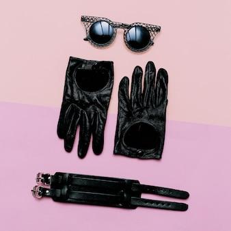 Abbigliamento vista dall'alto accessori donna guanti, occhiali da sole, bracciale. moda all'italiana