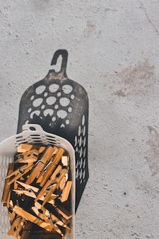 Mollette da bucato appese in un cestino. vista dall'alto.
