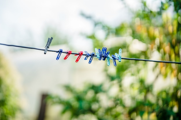 Mollette da bucato su una corda in giardino corda per asciugare il bucato all'esterno
