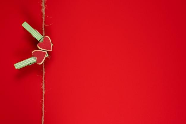 Mollette con cuori su una corda