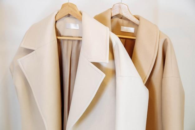 Negozio di abbigliamento cappotti di cashmere colorati