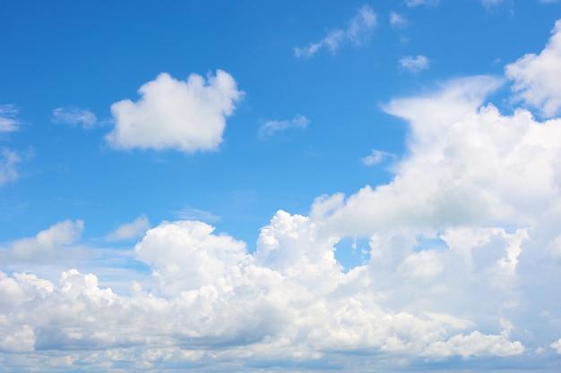 Nuvola nel cielo azzurro brillante