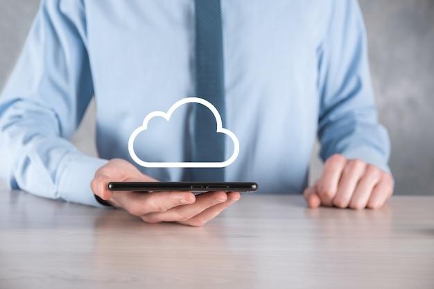 Concetto di cloud computing, ravvicinata di un giovane uomo d'affari con la nuvola sulla sua mano.