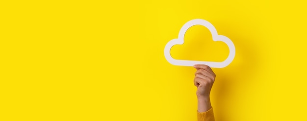 Concetto di cloud computing, nuvola che tiene la mano su sfondo giallo, archiviazione cloud, mock-up panoramico