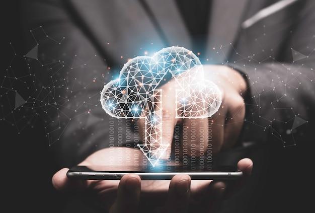 Concetto di trasformazione della tecnologia di cloud computing, uomo d'affari che tocca il cloud computing virtuale per trasferire, caricare e scaricare dati di informazioni con lo smartphone