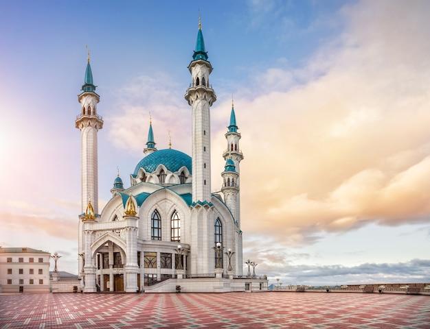 Nubi sopra il kul-sharif alla luce del sole mattutino a kazan