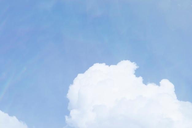 Sfondo del cielo blu con motivo a nuvole