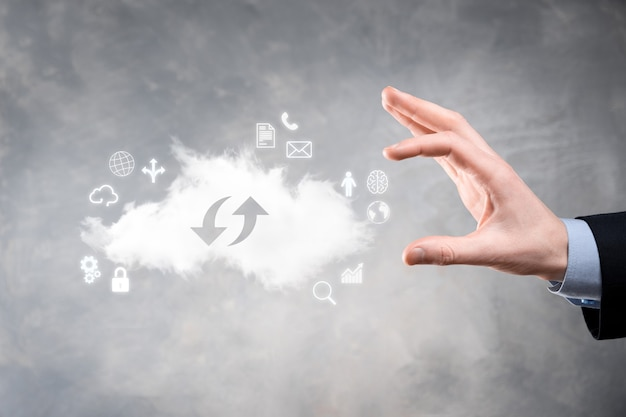 Tecnologia cloud. segno di archiviazione cloud con due frecce su e giù sul buio