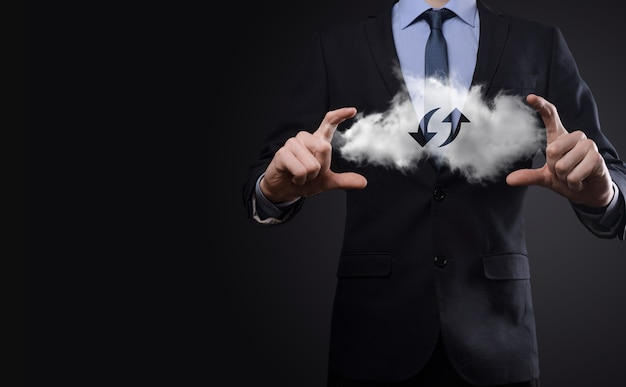 Tecnologia cloud. segno di archiviazione cloud wireframe poligonale con due frecce su e giù su oscurità. cloud computing, big data center, infrastruttura futura, concetto di ia digitale. simbolo di hosting virtuale