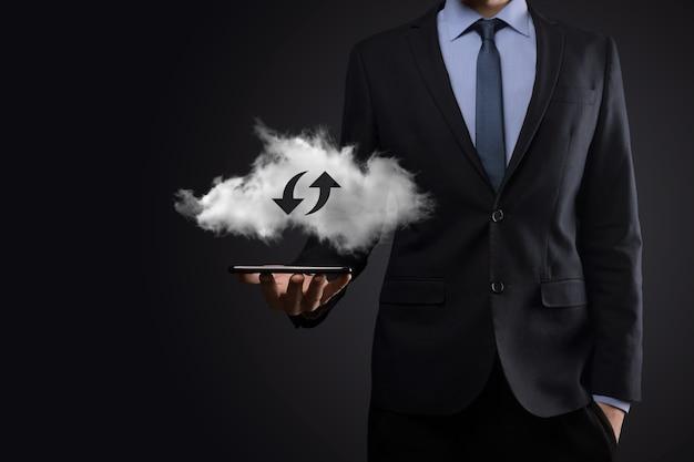 Tecnologia cloud. segno di archiviazione cloud wireframe poligonale con due frecce su e giù sul buio. cloud computing, big data center, infrastruttura futura, concetto di intelligenza artificiale digitale. simbolo di hosting virtuale.
