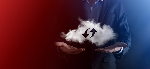 Tecnologia cloud. segno di archiviazione cloud wireframe poligonale con due frecce su e giù sul buio