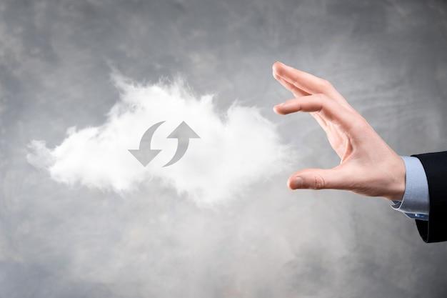 Tecnologia cloud. segno di archiviazione cloud wireframe poligonale con due frecce su e giù sulla superficie grigia.
