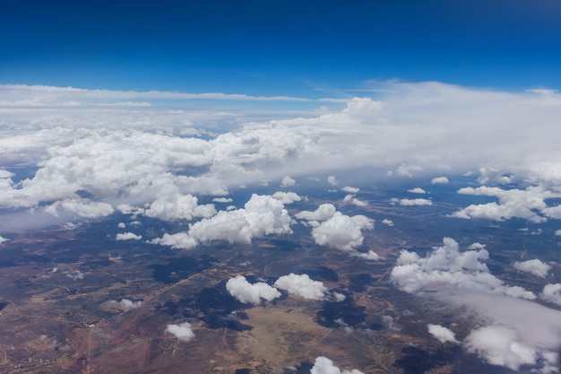 Vista aerea dall'alto della nuvola sul cielo blu bellissimo paesaggio naturale dalla finestra dell'aereo.
