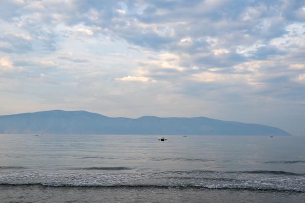Nuvoloso, un po 'di nebbia al mare adriatico.