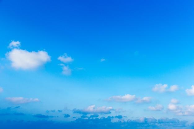 Nuvole nel cielo azzurro