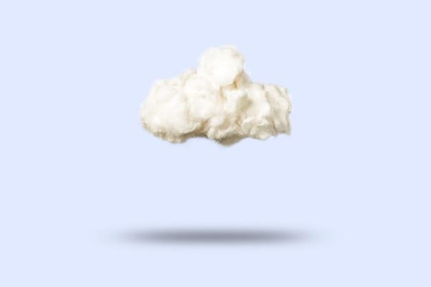 Nuvole di cotone idrofilo su un blu