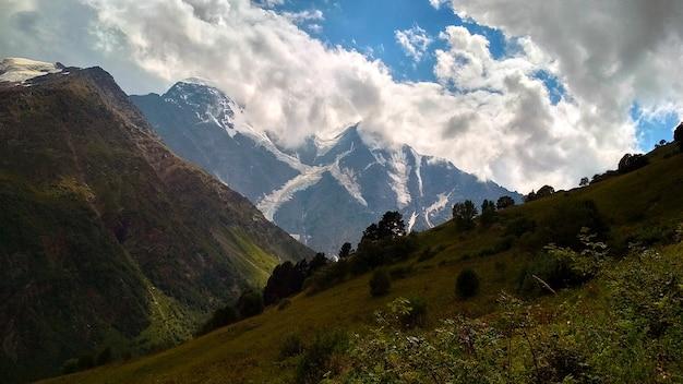 Le nuvole sorvolano le montagne del caucaso