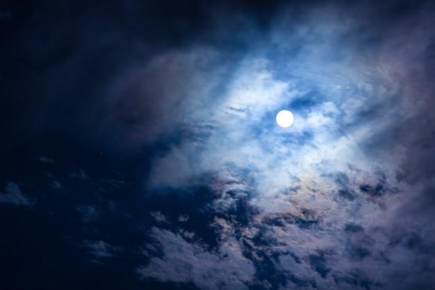 Le nuvole passano davanti alla luna in un cielo notturno