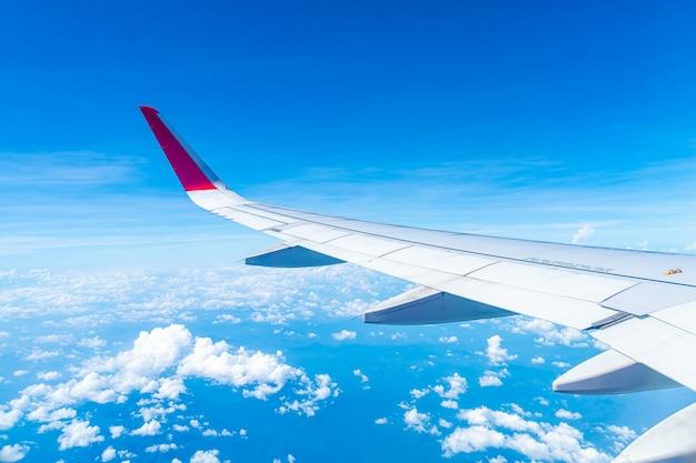 Nuvole e cielo come si vede attraverso la finestra di un aereo