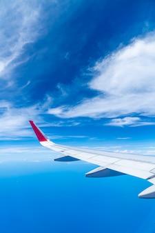 Nuvole e cielo visto attraverso la finestra di un aereo