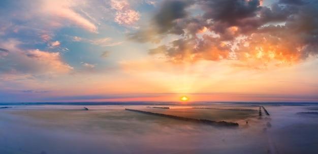Nuvole nel cielo, alba o tramonto, panorama. la luce del sole arancione brillante illumina il cielo serale.