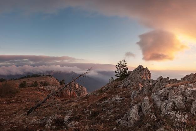 Nuvole nel cielo sopra le montagne, alba luminosa