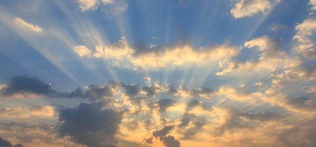 Nuvole cielo, luce solare