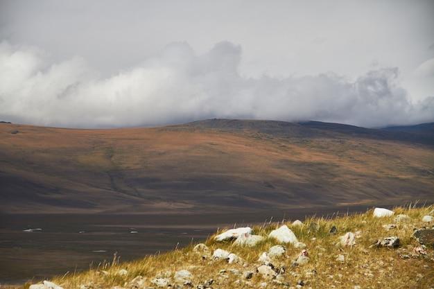 Nuvole sopra gli spazi aperti della steppa, nuvole temporalesche sulle colline