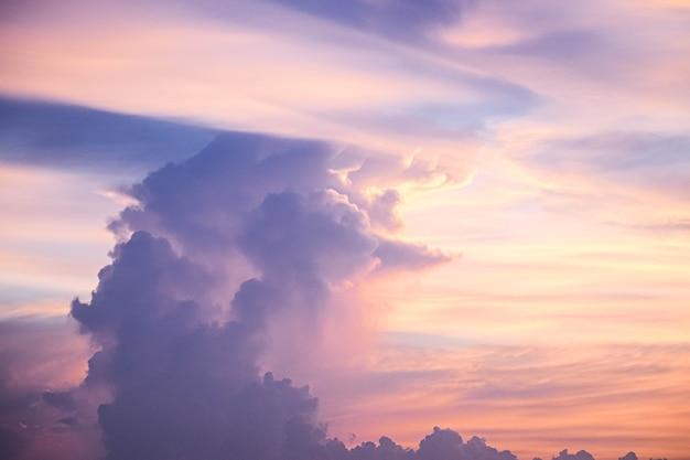 Cielo crepuscolare di nuvole in colore pastello sfondo spirituale colorato rosa e blu