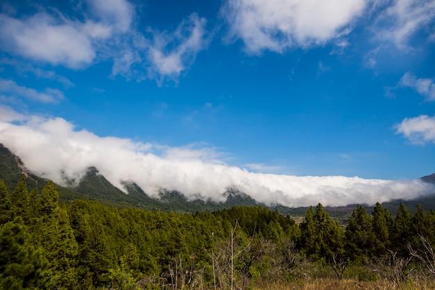 Cascata di nuvole nel parco naturale della caldera de taburiente, isola di la palma, isole canarie, spain