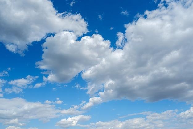 Luce del giorno ventosa lanuginosa del tempo del cielo blu bianco delle nuvole soleggiata