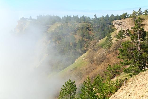 Vista dall'alto del monte aj-petri nuvoloso (crimea, ucraina)
