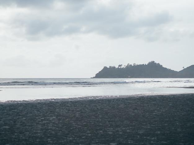 La spiaggia coperta di nuvole arriva sull'isola