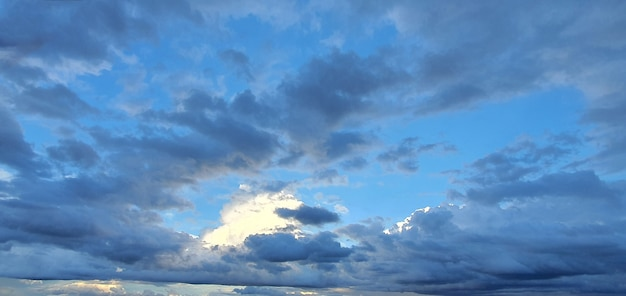 Cielo nuvoloso di colore scuro al tramonto dopo la pioggia estiva.