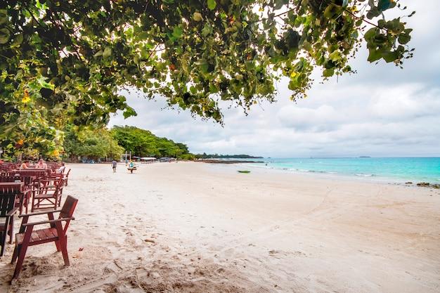 Giornata nuvolosa in spiaggia pattaya. riposa sul mare