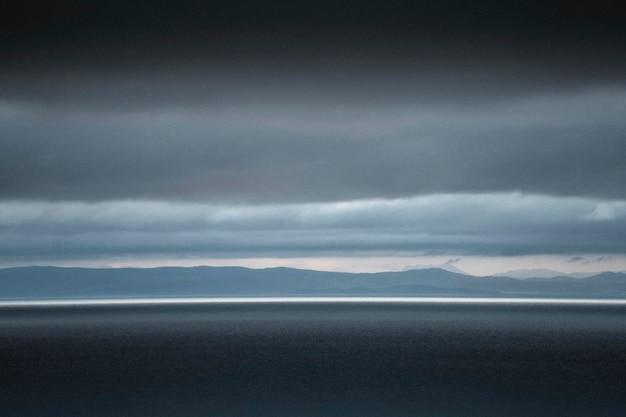 Scena nuvolosa di talisker bay sull'isola di skye, in scozia
