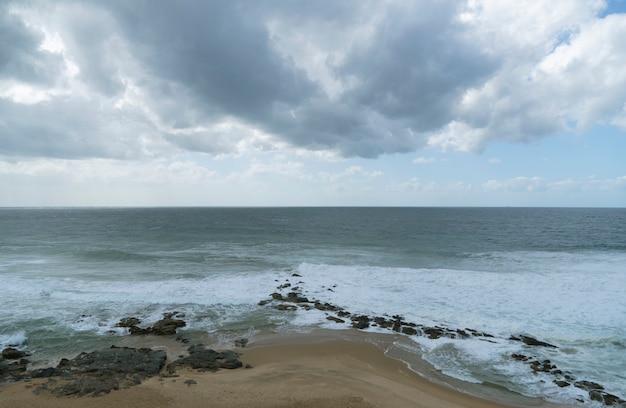 Vista sul mare nuvolosa della spiaggia di ballito nel sudafrica