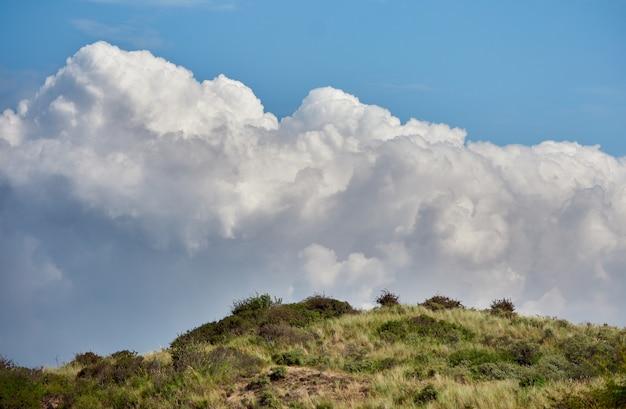 Il cielo nuvoloso sopra la collina in estate