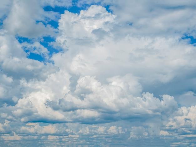 Cielo nuvoloso con nuvole ondulate