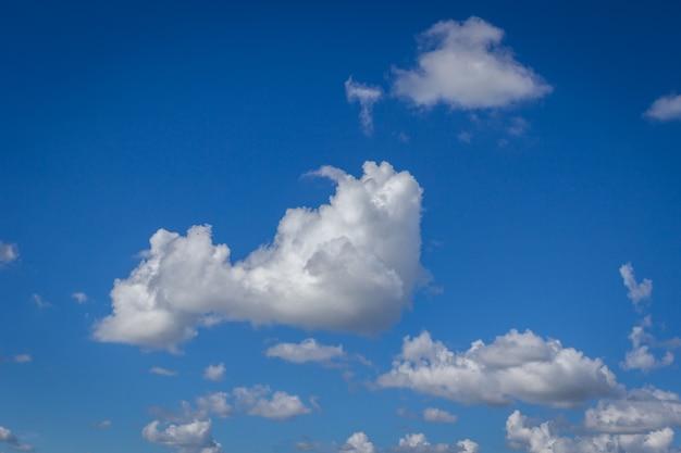 Clound in cielo blu per blackground