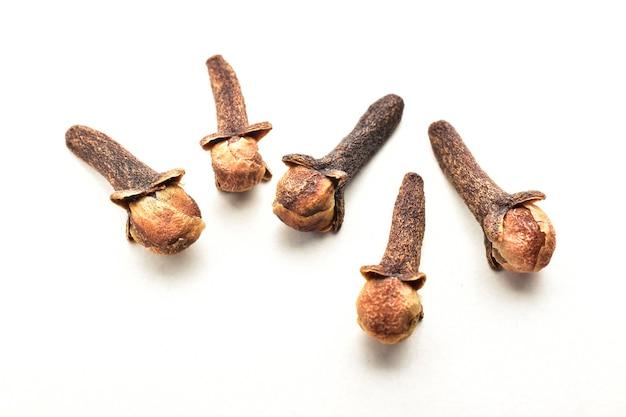 Chiodo di garofano. chiodi di garofano secchi isolati su bianco. close up di garofano spice.