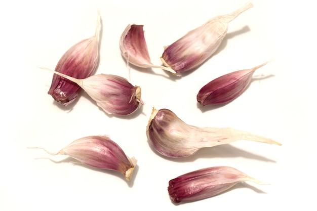Spicchi d'aglio su uno sfondo bianco. fotografia in studio. foto di alta qualità