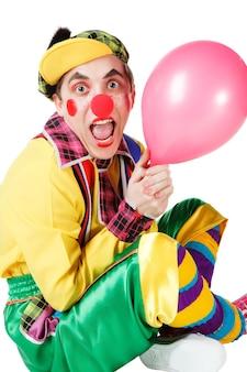Clown siot con un palloncino in una mano isolata su uno sfondo bianco