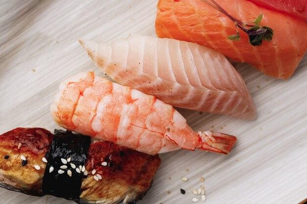 Clsoe up di nigiri sushi sulla piastra