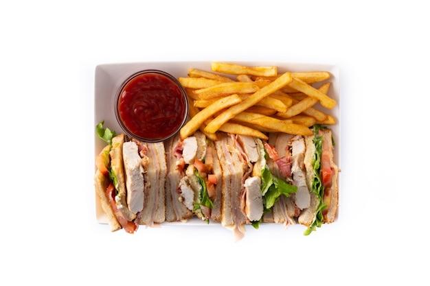 Club sandwich e patatine fritte isolate