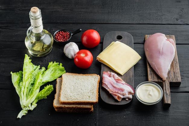 Ingredienti del club sandwich, sul nero