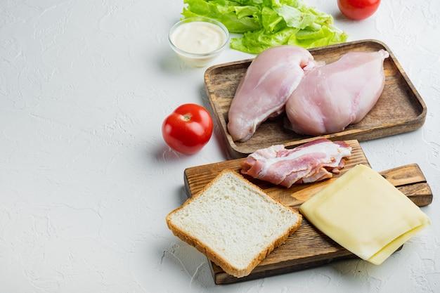 Club sandwich con ingredienti freschi, su bianco