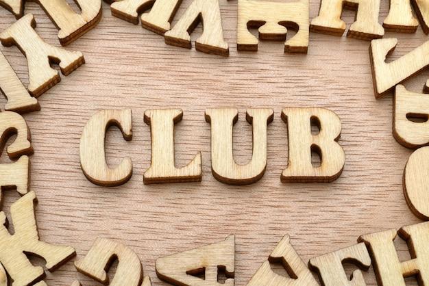 Parola del club composta da lettere in legno. concetto di associazione di interesse di persone.