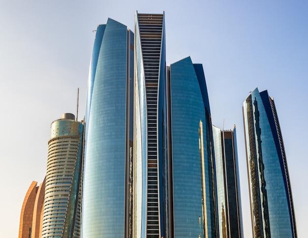 Cluster di grattacieli di abu dhabi, negli emirati arabi uniti